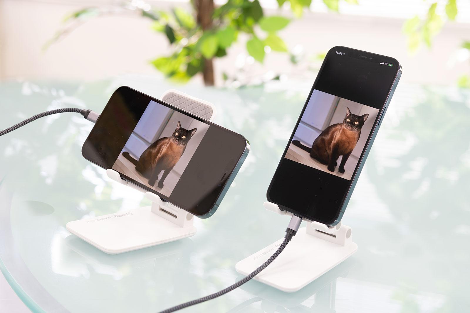 最大10.5インチのスマートフォンやタブレットに対応。縦向き、横向きどちらでも対応。